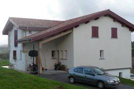 Maison neuve volet battant et porte de garage rouge